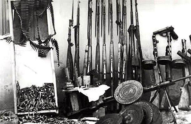 Оружие и боеприпасы, изъятые при обыске в УВС / Фото: pravo.ru